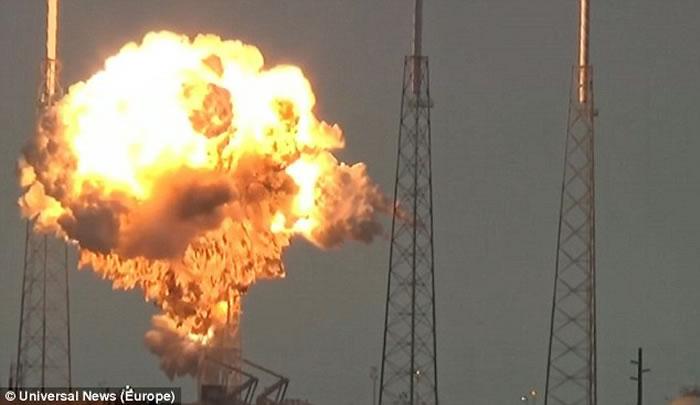 """SpaceX""""猎鹰9号""""火箭突然发生毁灭性爆炸,""""外星人猎人""""猜测是外星人突袭"""