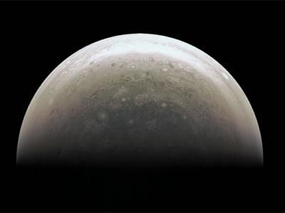 朱诺号沿俯冲式极地轨道对充满风暴的木星进行研究