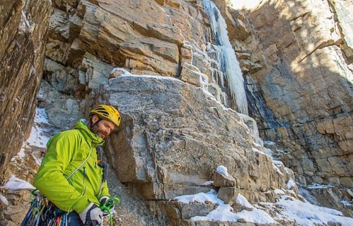 阿当逊以登山为职业。