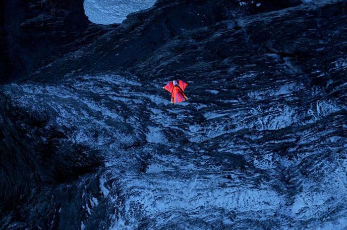 波特(Dean Potter)于2009年在瑞士艾格峰(Eiger)创下飞鼠装定点跳伞的世界纪录:垂直距离超过2.7公里、平面距离超过5.4公里。他在2015年