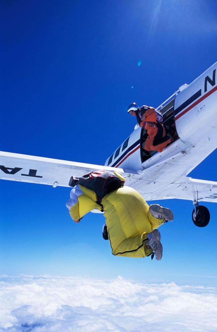 飞鼠装跳伞几乎不会让人丧生,是比较安全的飞鼠装学习法,但许多新手为了赶着用飞鼠装定点跳伞,会跳过这个步骤。 PHOTOGRAPH BY OUTDOOR ARCH