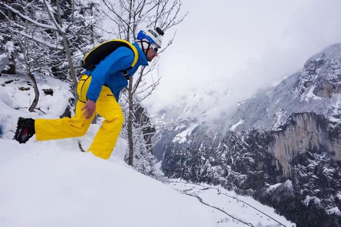 一名定点跳伞员从悬崖跃入深谷。 PHOTOGRAPH BY OLIVER FURRER, ALAMY PHOTOS