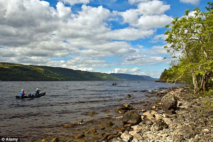 尼斯湖水怪已经娶妻生子?苏格兰男子在尼斯湖畔目击两只巨大生物在湖里潜行