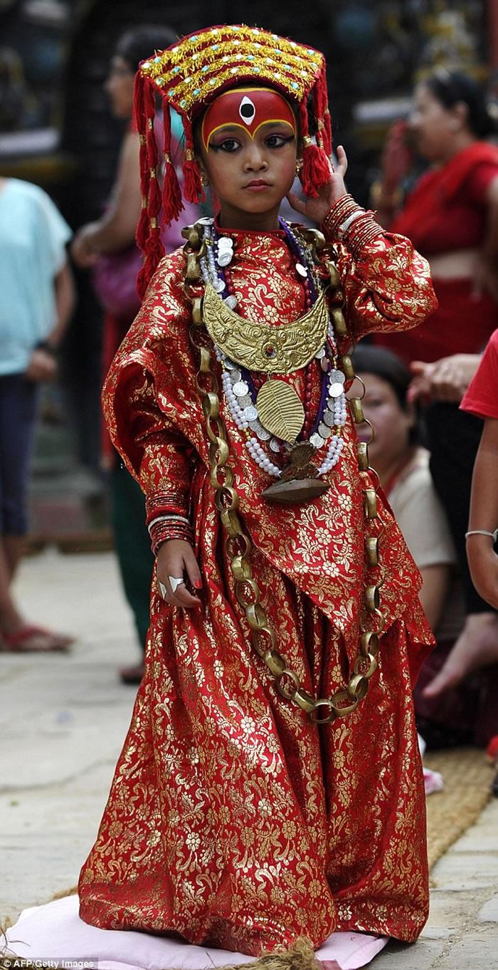 """尼泊尔""""活女神""""库玛丽Kumari:几岁被选中 禁锢10年后从天堂跌落地狱"""