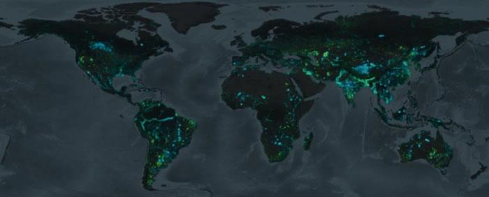 这张地图标示过去卅年间地球上陆地和水域的变化,蓝色区块为陆地变成水域的地方,绿色区块则反之。 MAP COURTESY GOOGLE