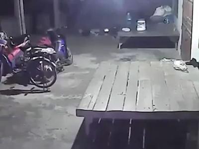 泰国拍摄到灵异片段:自行车后轮无故突然转动