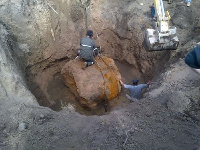 工作人员协助挖掘