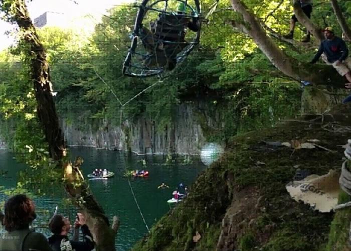 跳崖者自制弩弓椅,将人弹射到空中再跳入湖上。