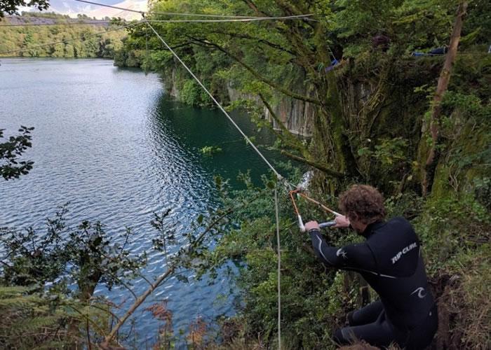 人们在矿场的湖边玩跳崖,惊险万分。