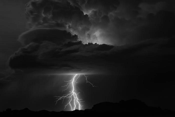 """世界气象组织列出""""史上最长闪电""""纪录:美国321公里长闪电和法国持续7.74秒闪电"""