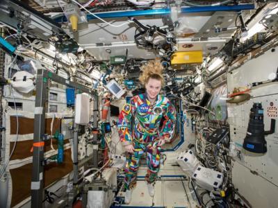 唤起关注 国际太空站美国太空人穿手绘太空衣与癌症儿童对话