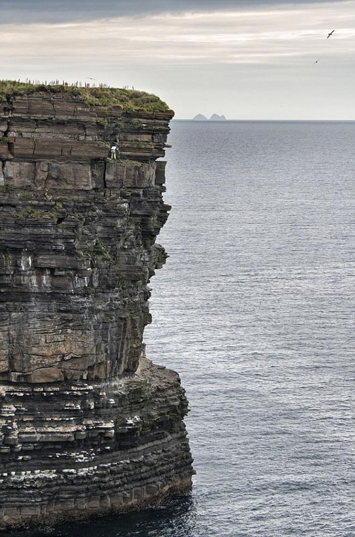 """英国男子屡败屡试 成历史上第二位成功登顶爱尔兰海柱""""Dún Briste""""的人"""