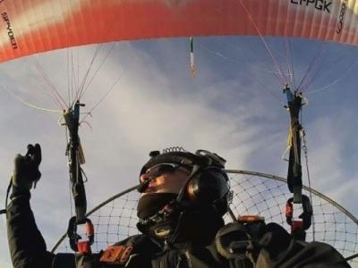 乘剪草机动力伞从欧洲飞到非洲 爱尔兰工程师成第一人