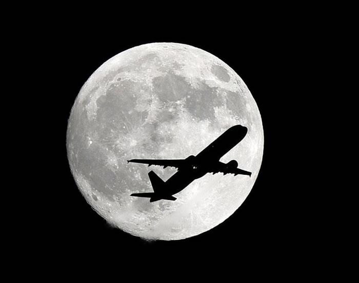 飞机在月圆背景下航行的一幕就如电影片段一样。