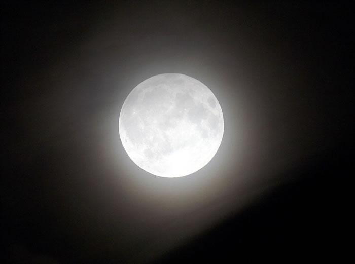 英国埃塞克斯郡的满月在半影月食下依然明亮。
