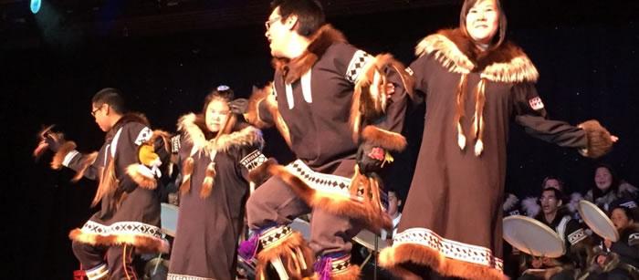 原住民以传统歌舞欢迎尚宁号乘客。