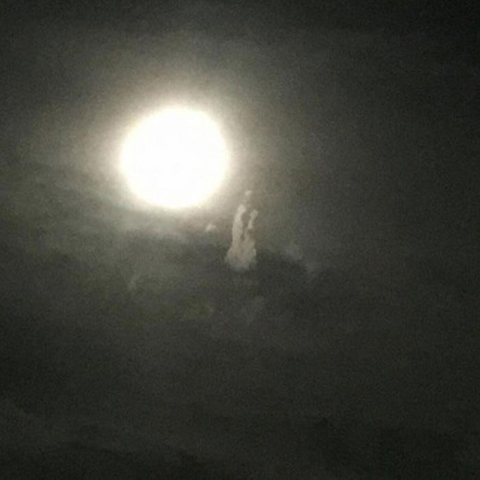 """台湾云林台西夜空月亮旁出现""""观音显灵""""?"""