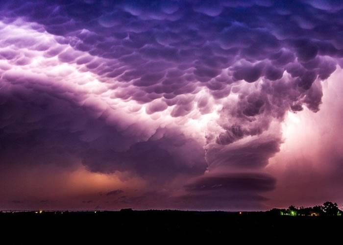 云间渗出不同深浅的紫色.-2016年度气象摄影大赛公布得奖结果 龙卷