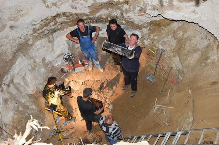 研究人员于地基挖出时间囊。