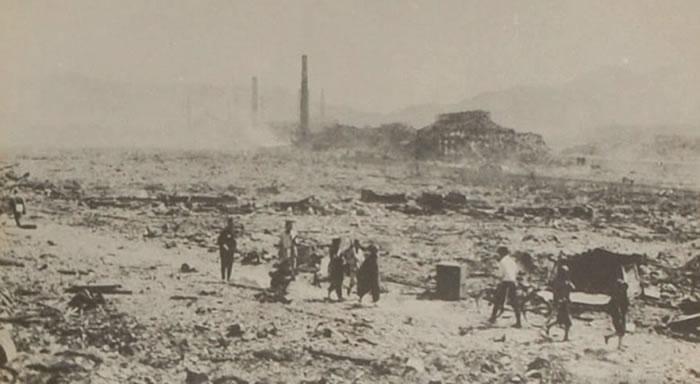原爆后,有不少伤者在缓慢移动。
