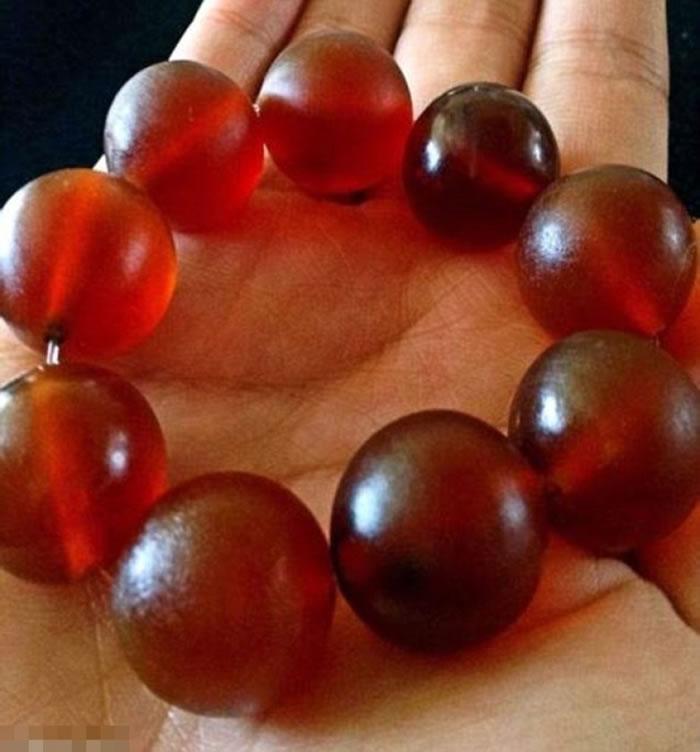 部分大象皮会加工打磨,制成红色珍珠状的首饰。