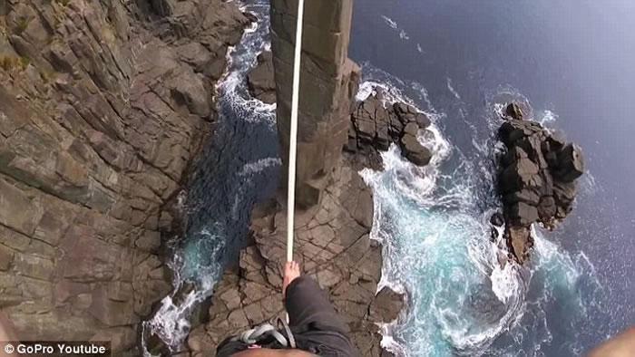 澳洲塔斯马尼亚极限运动员30米高空踩绳玩命 险失足堕崖