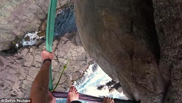 澳洲塔斯马尼亚极限运动员30米高空踩绳玩命,险失足堕崖
