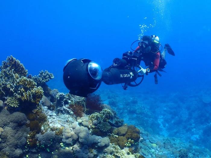 全景摄影系统SVII拍摄时,相机被固定在海底摩托车上,前进时速约为 4 公里/小时。潜水员从后方进行操作,利用后方的风扇推进系统完成拍摄。每 3 秒即可产出一张