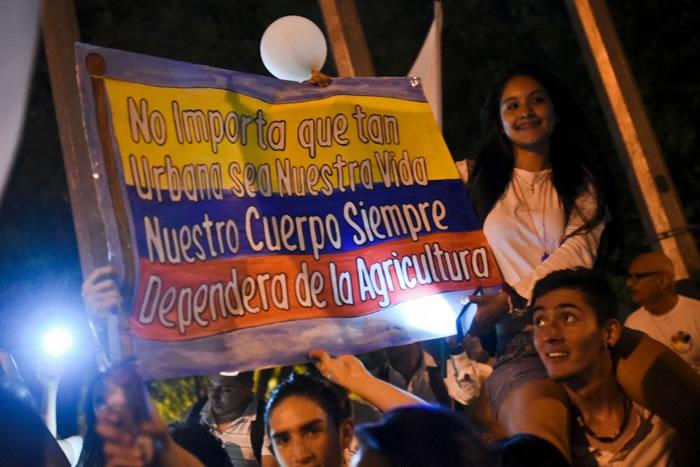 哥伦比亚民众日前上街,争取和平结束内战。