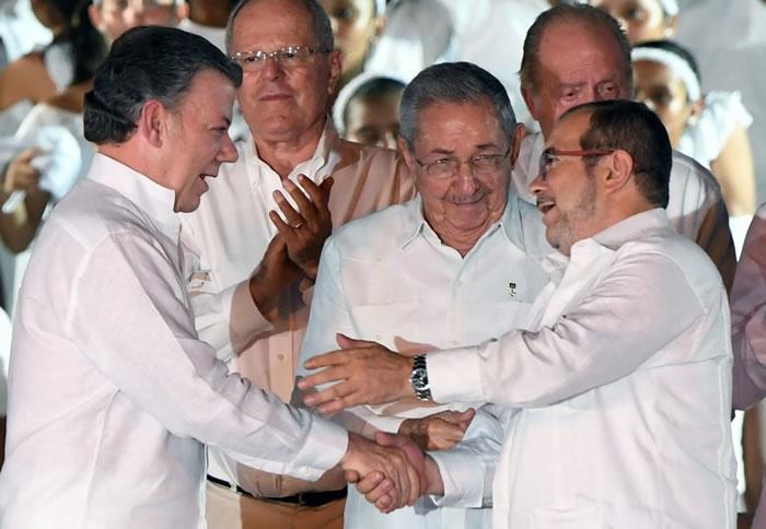 桑托斯(左)与隆多尼奥(右)达成停火协议。