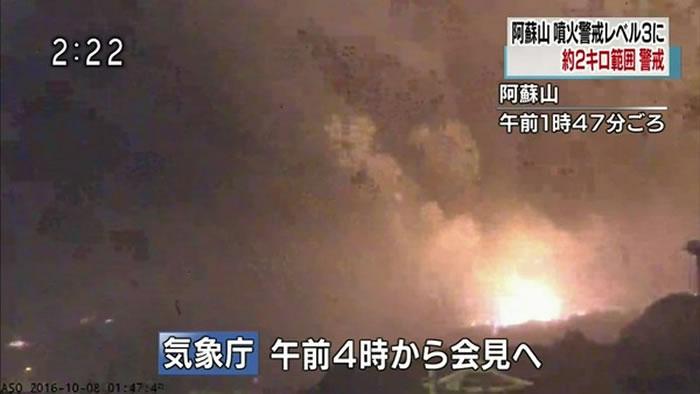 日本九州的阿苏火山8日凌晨再度喷发