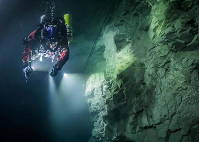 斯塔尔纳斯基带领的探测团队在捷克发现水底洞穴。