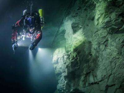 探险家团队在捷克发现一个至少有404米深的水底洞穴