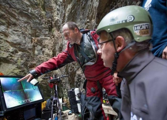 斯塔尔纳斯基和队员在看潜水机械人拍得的画面。