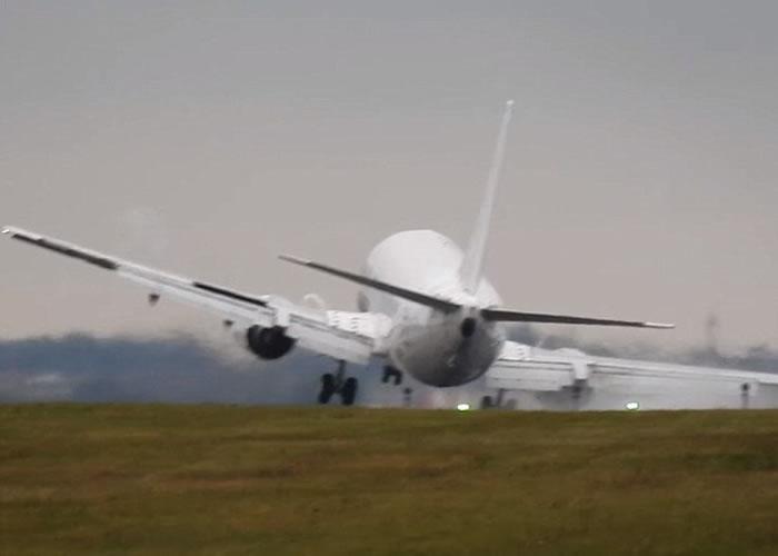 客机倾侧险些坠地。