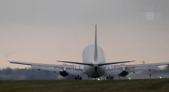 客机最终成功降落。