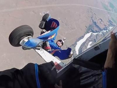 美国跳伞好手Miles Daisher老猫烧须 高空倒吊半分钟