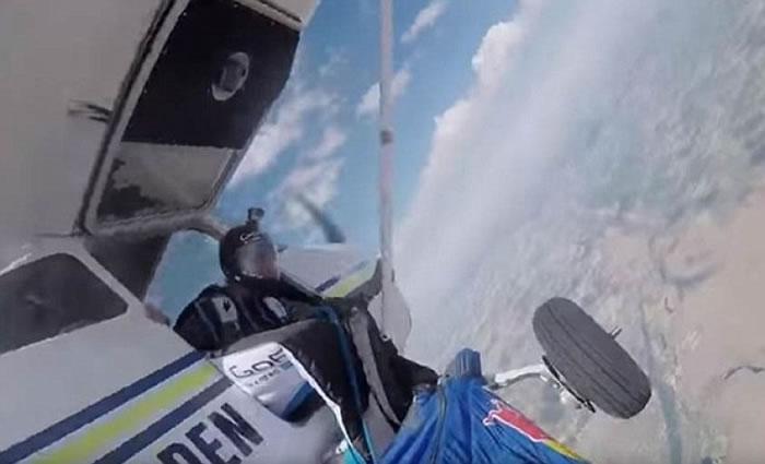 旁人协助他解开卡着的跳伞装。