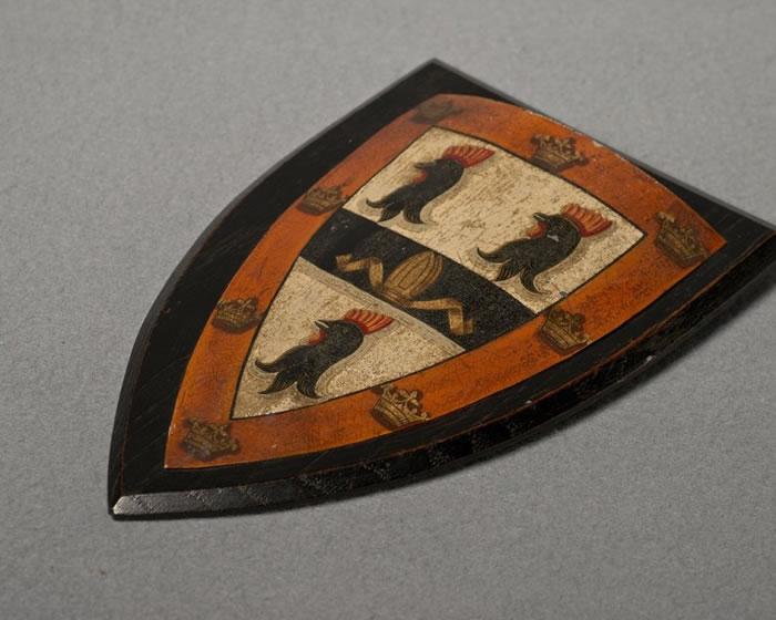 耶稣学院以三只公鸡为院徽。