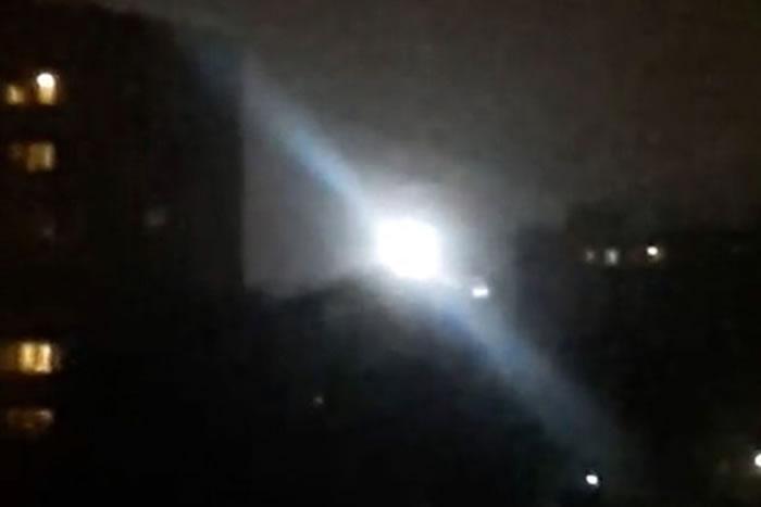 俄罗斯夜空惊现疑似UFO的球状白光 停在民居上空久不散