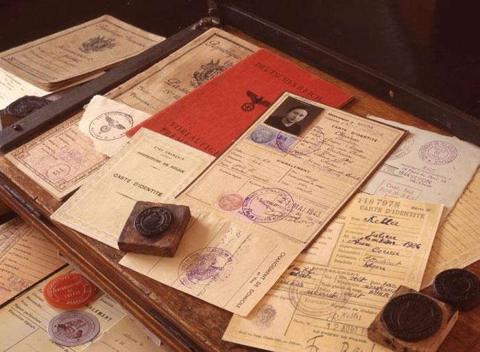 卡明斯基伪造的文件,包括自己的一份(右下)。