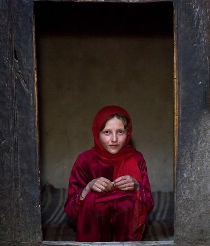 少女穿上红色服饰。
