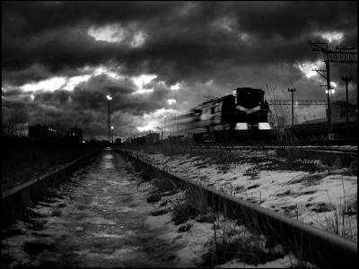 """俄罗斯""""果戈里的幽灵火车"""":民众称看到郊外铁路一列老式火车呼啸而过随即消失"""