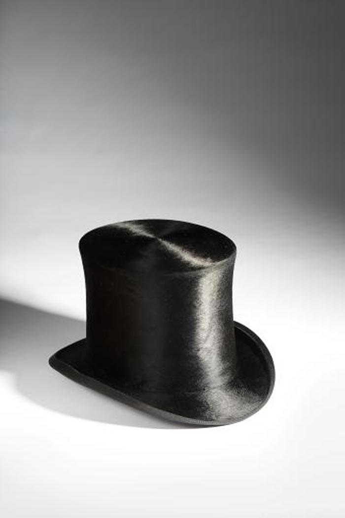 自1730年代开始,帽匠便使用汞来处理兔毛。图中这顶帽子制作于十九世纪,经过化验之后确认,这顶礼帽至今仍含有汞的成分。 PHOTOGRAPH BY RON WO