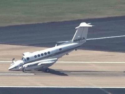 美国小型客机起落架故障 靠机鼻贴地滑行降落
