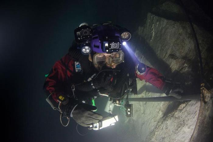 史塔挪斯基(Krzysztof Starnawski)在捷克赫拉尼采水下洞穴潜到215公尺后,得经历五小时的减压过程。 / PHOTOGRAPH BY MARC