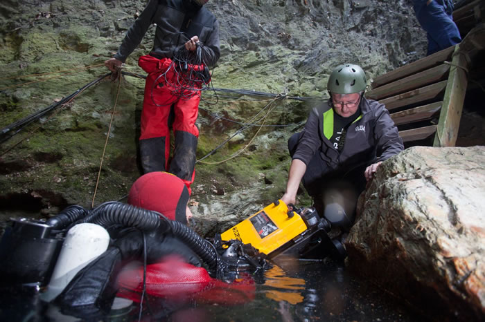 探险团队准备将遥控潜器(ROV)送到深渊底部。 / PHOTOGRAPH BY MARCIN JAMKOWSKI