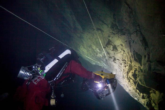 遥控潜器持续前往深渊底部。 / PHOTOGRAPH BY MARCIN JANKOWSKI