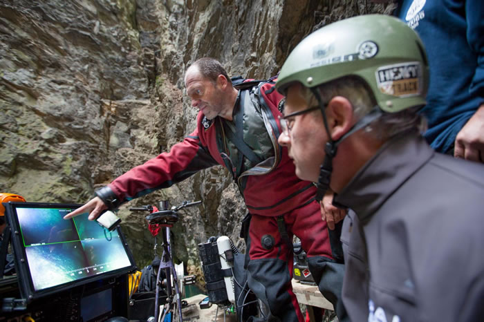 史塔挪斯基(左)与葛林塔(Bartlomiej Glynda)指引遥控潜器前往深渊底部。 / PHOTOGRAPH BY MARCIN JAMKOWSKI