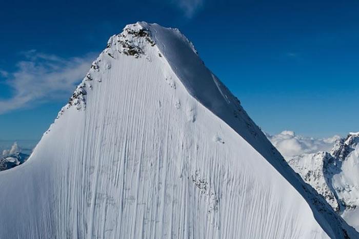 瑞士极限滑雪手Jeremie Heitz在接近垂直的阿尔卑斯山脉高峰向下滑